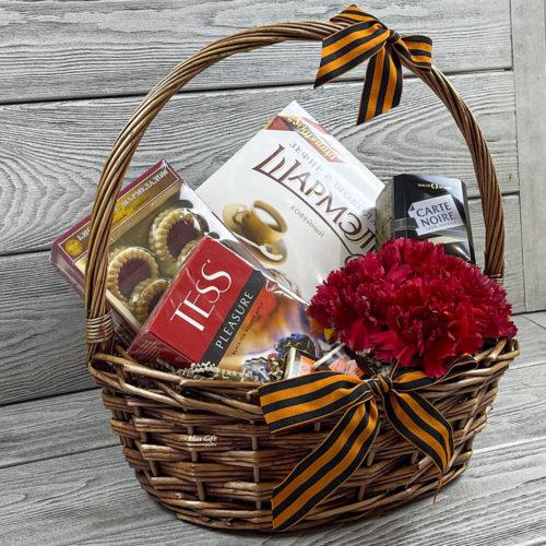 Подарочная корзина с цветами «9 мая»