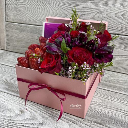 Подарочный набор с цветами и ягодами «Кристина»