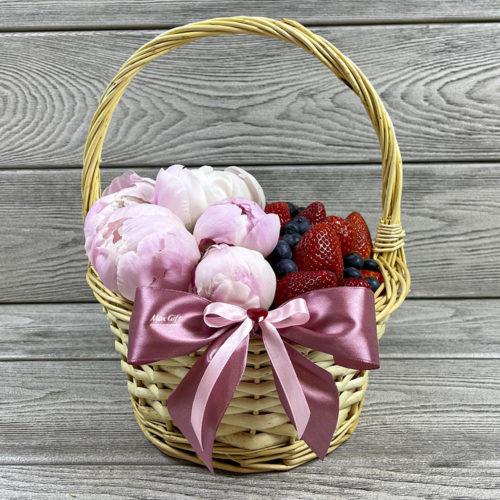 Ягодная корзина с цветами «Июнь»
