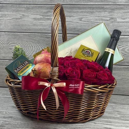Подарочная корзина с цветами и фруктами «Поцелуй»