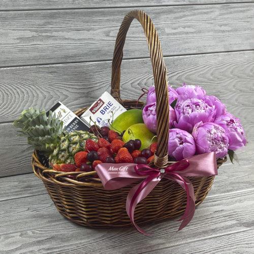Подарочная корзина с цветами и фруктами «Пионовая долина»