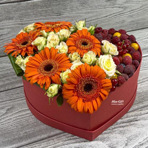 Цветочная композиция с ягодами «Маскарад»