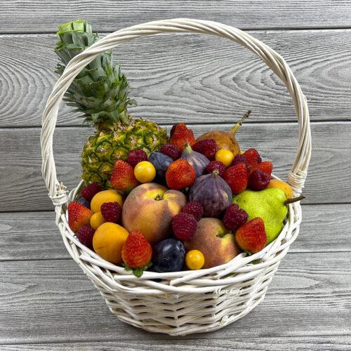 Фруктовая корзина с ягодами «Фруктовая романтика»