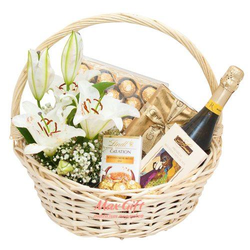 Подарочная корзина с живыми цветами «С Днём свадьбы»