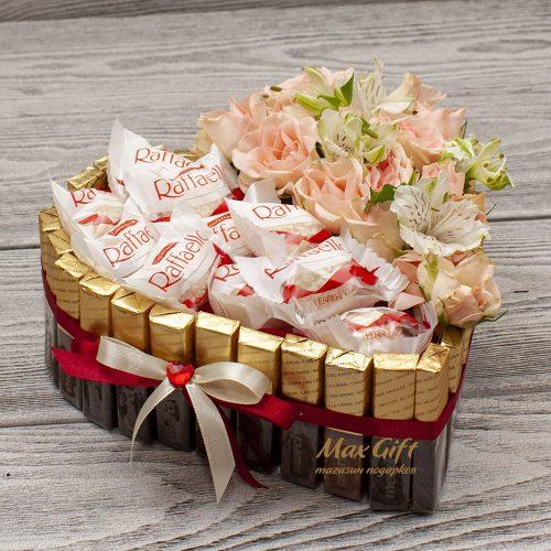 Торт из конфет с цветами «Альпы»