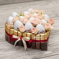 Торт из конфет с цветами «Kinder LOVE»