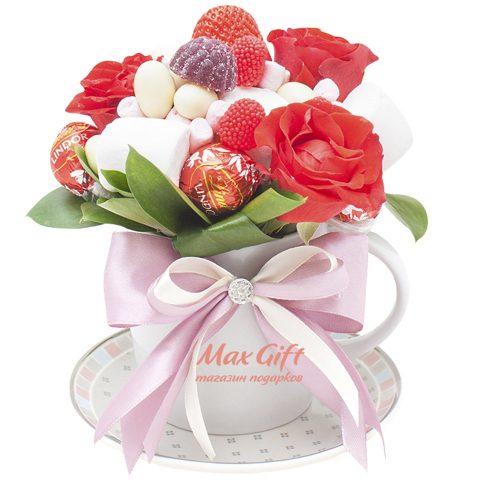 Подарочная композиция с цветами «Вкусняшки для подружки»