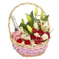 Подарочная корзина с цветами «Романтический презент»