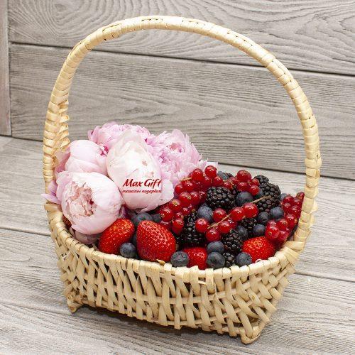 Корзина с ягодами с цветами «Июньское утро»