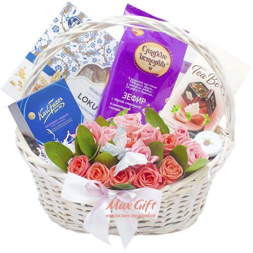 Подарочная корзина с цветами «Сладкие истории»