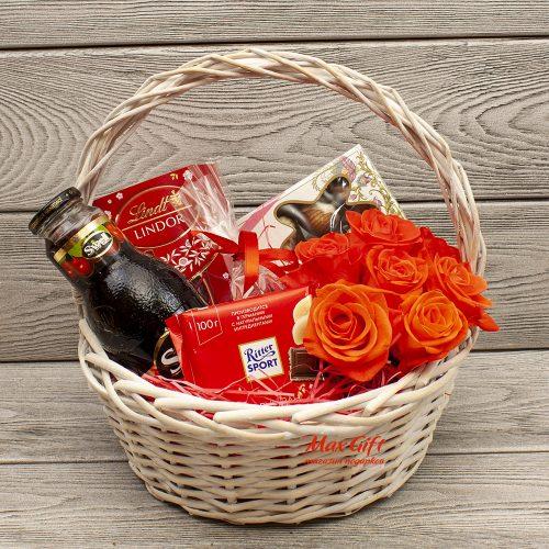 Подарочная корзина с цветами «Изысканный вкус»
