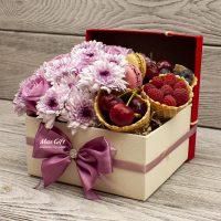Цветочная композиция с ягодами «Ксения»