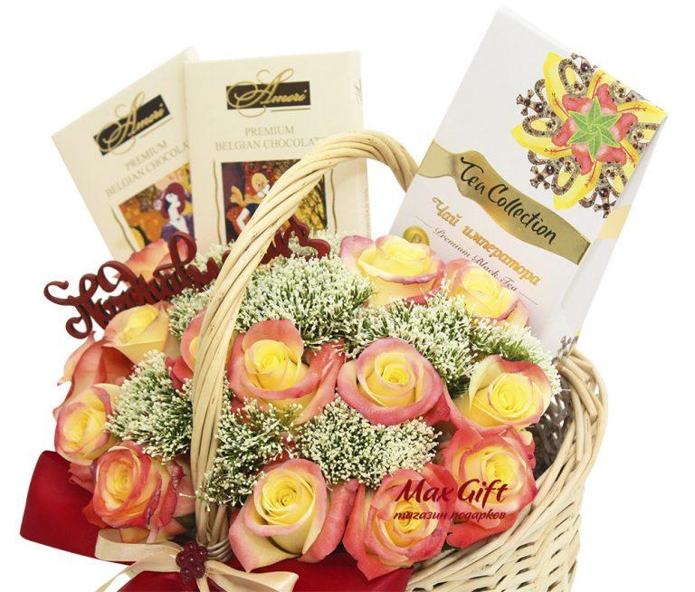 """Подарочная корзина с цветами """"Поздравляем"""""""