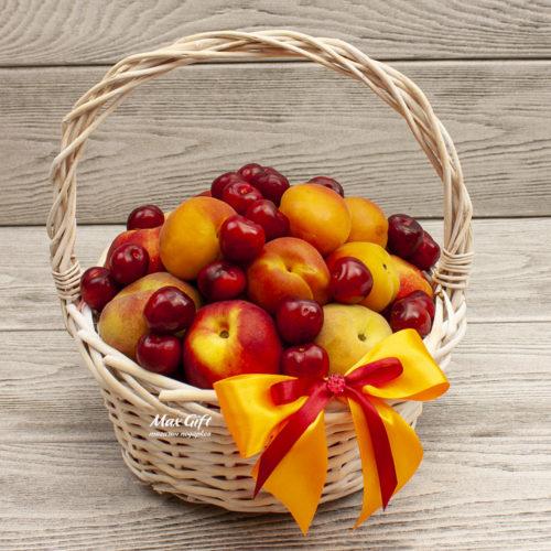 Фруктовая корзина с ягодами «Июль»