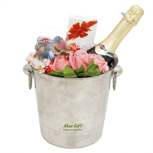 Подарочный набор с цветами и ягодами «Мулен Руж»