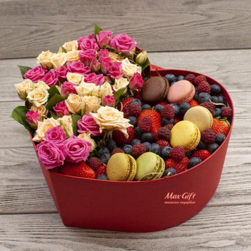 Цветочная композиция с ягодами «Мечта»