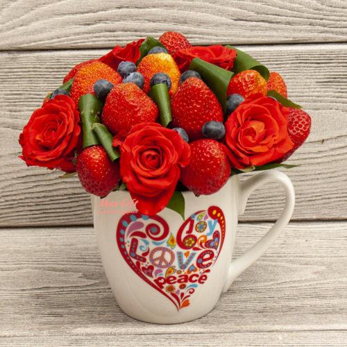 """Фруктовая композиция с цветами """"L.O.V.E."""""""