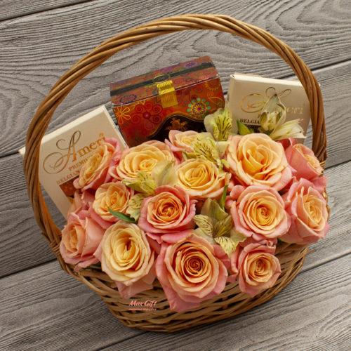 Подарочная корзина с цветами «Поздравляем»
