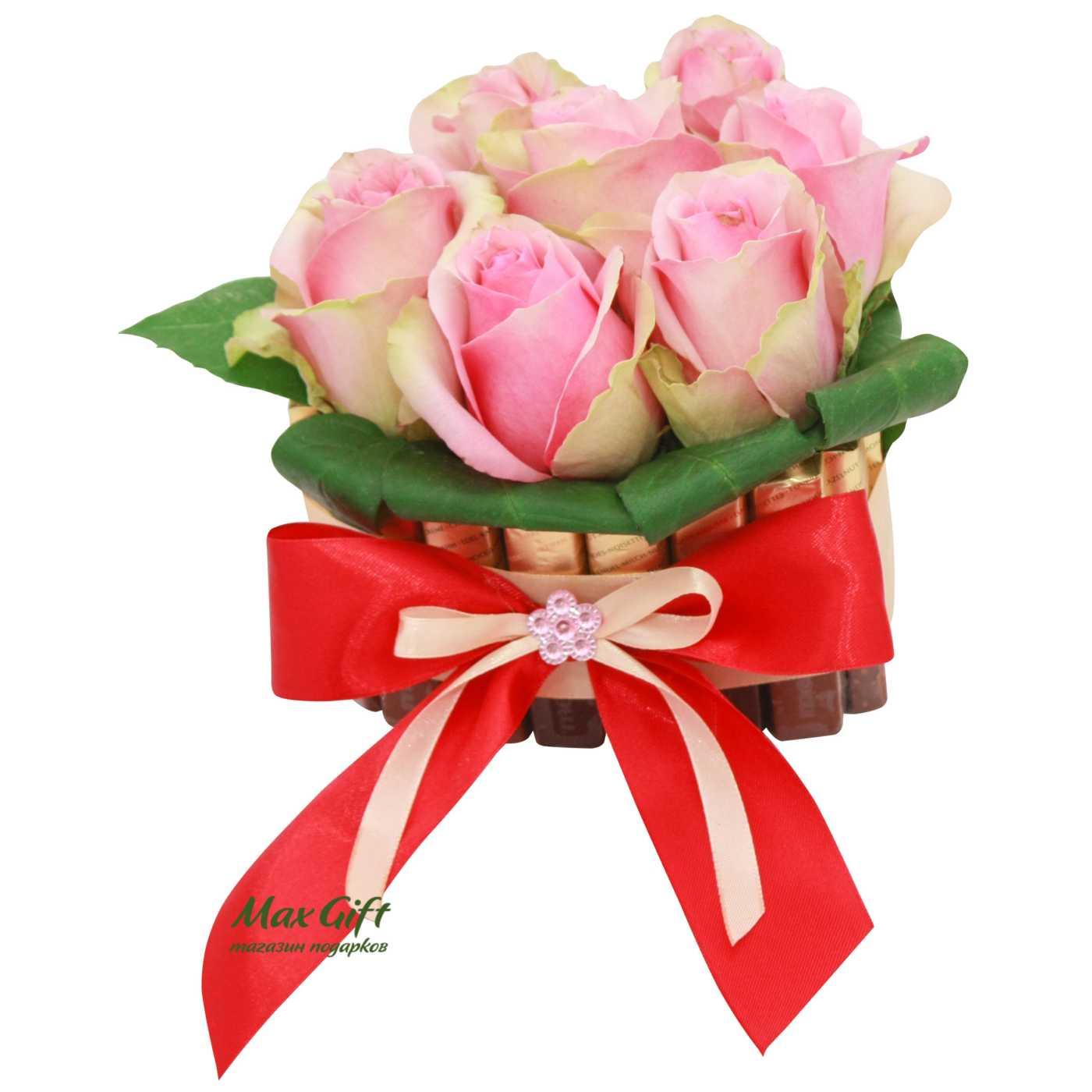 """Торт из конфет с цветами """"Роза"""""""