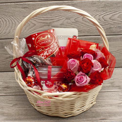 Подарочная корзина с цветами Лепестки роз