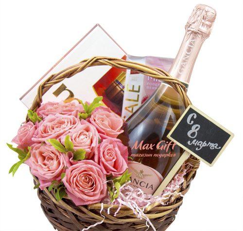 Подарочная корзина с цветами «8 марта»