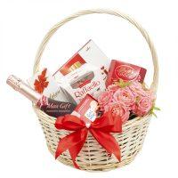 Подарочная корзина с цветами «Очарование»