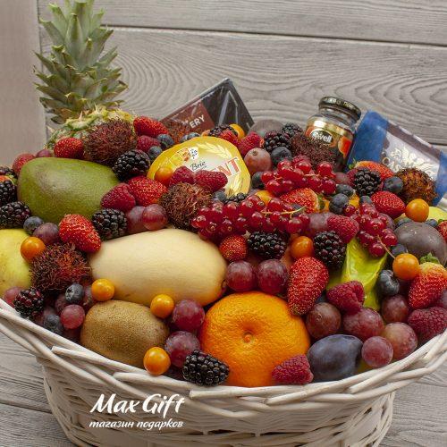Подарочная корзина с фруктами и ягодами Изобилие