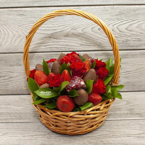 Фруктовый букет с цветами «Кармен»